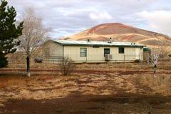 Husvagn som används som permanent hem nära en isolerad vulkan Arkivfoton