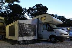 Husvagn som används som permanent hem på en campa lokal Arkivbild