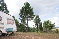 Husvagn som används som permanent hem skåpbil bil fotografering för bildbyråer