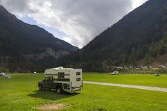 husvagn som används som permanent hem 4x4 utomhus Royaltyfria Foton