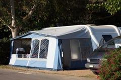 Husvagn som används som permanent hem på en campa lokal Royaltyfri Bild