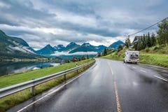 Husvagnbilresor på huvudvägen Royaltyfri Foto