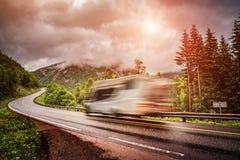 Husvagnbilresor på huvudvägen Arkivfoto