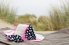 Hut, Bikini und Schuhe auf Badetuch Stockbild
