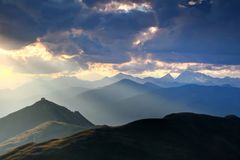 Hut boven piek door zonstralen bij de Alpen Italië wordt aangestoken dat van zonsondergangcarnic stock afbeelding