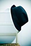 Hut, der auf Stuhl stillsteht Stockfoto