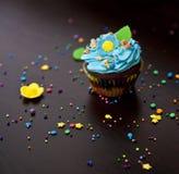 Hut der kleinen Kuchen mit Sahne caken Stockfotografie