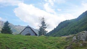 Hut door bergen in de zomer wordt omringd die royalty-vrije stock foto