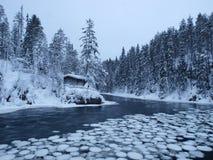 Hut door de rivier Stock Fotografie