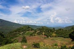 Hut en landbouwbedrijf Hmong op de berg in Chiangmai-provincie Royalty-vrije Stock Fotografie