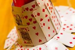 Hut hergestellt aus Spielkarten heraus Stockbild