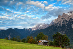 Hut on meadow and Karwendel mountain range by Mittenwald Royalty Free Stock Photos