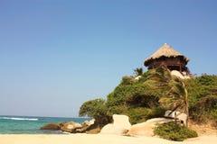 Hut met hangmatten op een Caraïbisch strand. Colombia Stock Afbeeldingen