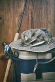 Hut mit Angelausrüstung Stockfoto