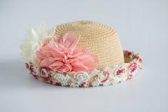 Hut mit Blumendekoration Stockbild