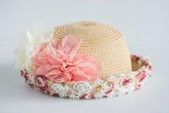Hut mit Blumendekoration Lizenzfreie Stockfotografie