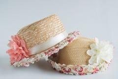 Hut mit Blumendekoration Lizenzfreies Stockbild
