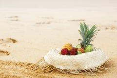 Hut mit Frucht auf goldenem Sand stockbilder