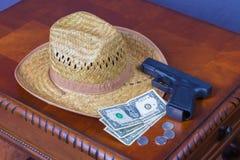 Hut, Pistole und Geld Stockfoto