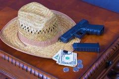 Hut, Pistole und Geld Stockbild