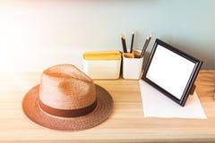 Hut- und Bleistiftkasten sind auf der hölzernen Tabelle Lizenzfreies Stockfoto