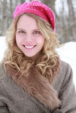 Hut-und Pelz-Mantel-lächelndes Frauen-Porträt lizenzfreie stockbilder