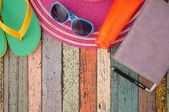 Hut und Sonnenbrille, Pantoffel, Notizbuch auf Weinleseholz Sommerferien backgroud Stockfotografie