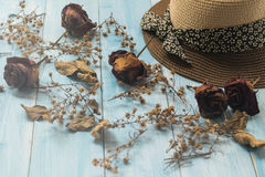 Hut und trockene Blume auf hölzernem Hintergrund Lizenzfreie Stockfotografie
