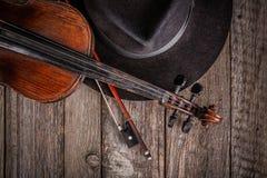 Hut und Violine Stockfoto