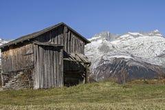 Hut in vallei Medel Stock Foto