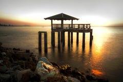 hut in zonsondergang op overzees royalty-vrije stock fotografie