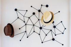 Hutaufhänger auf Wanddekoration Lizenzfreie Stockfotografie