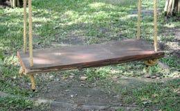 Huśtawkowy drewniany obwieszenia siedzenie Fotografia Royalty Free