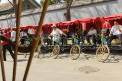 Hutong-Dreiradreiter Stockfoto