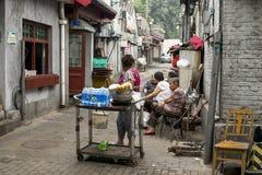 Hutongs gatuförsäljare och gamla människor Royaltyfri Bild