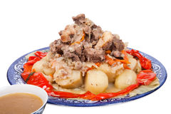 Hutspot met aardappels paprika op een plaat die op witte bac wordt geïsoleerd Royalty-vrije Stock Afbeeldingen