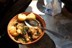 Hutspot met vlees in een kleischotel in openlucht Royalty-vrije Stock Afbeelding