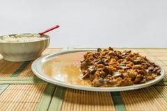 Hutspot van varkensvleeslendestuk, honingspaddestoelen en rijst basmati Stock Afbeelding