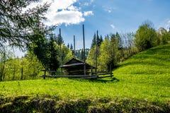 Hutsul一个绿色领域的干草谷仓 免版税库存图片
