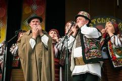 Hutsuly в фольклорных костюмах Украинские люди в традиционных костюмах на празднике стоковая фотография rf