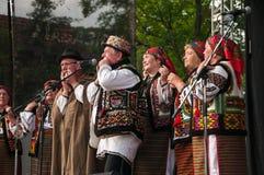 Hutsuly в фольклорных костюмах Украинские люди в традиционных костюмах на празднике стоковое изображение rf
