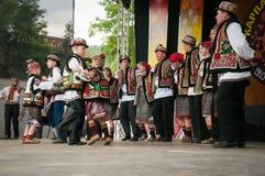 Hutsuly в фольклорных костюмах Украинские люди в традиционных костюмах на празднике стоковое фото rf