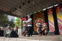 Hutsuly в фольклорных костюмах Украинские люди в традиционных костюмах на празднике стоковые фото