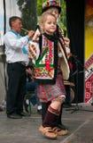 Hutsuly i folk dräkter Ukrainskt folk i traditionella dräkter på ferie arkivbild