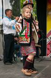 Hutsuly in volkskostuums Oekraïense mensen in traditionele kostuums op vakantie stock fotografie