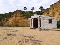 Hutte abandonnée de grange sur la plage image libre de droits