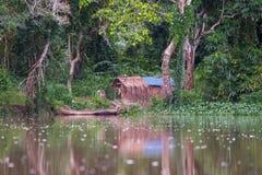 Hutte africaine de forêt reflétée dans l'eau (République du Congo) Image stock