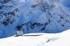 Hutte alpine Potsdamer Hutte et panorama de montagne avec la neige en hiver dans des Alpes de Stubai Photos libres de droits