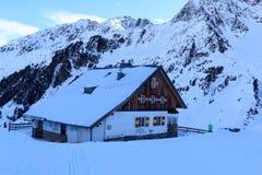 Hutte alpine Potsdamer Hutte et panorama de montagne avec la neige en hiver dans des Alpes de Stubai Photo libre de droits
