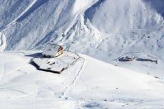 Hutte alpine Potsdamer Hutte et panorama de montagne avec la neige en hiver dans des Alpes de Stubai Images libres de droits